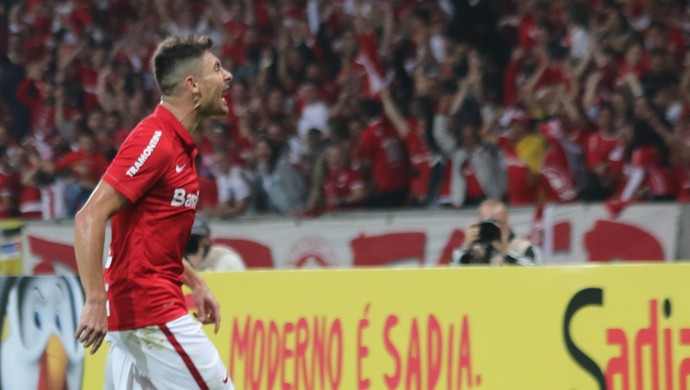 Alex vibra com o gol contra o Palmeiras (Foto: Diego Guichard)