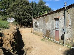 Casa onde a vítima vivia com a mãe, a avó e o padrasto em São Joaquim de Bicas. (Foto: Humberto Trajano/G1)
