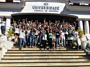 Universitários realizaram manifestação nas escadarias da Unir em Porto Velho (Foto: Hosana Morais/G1)