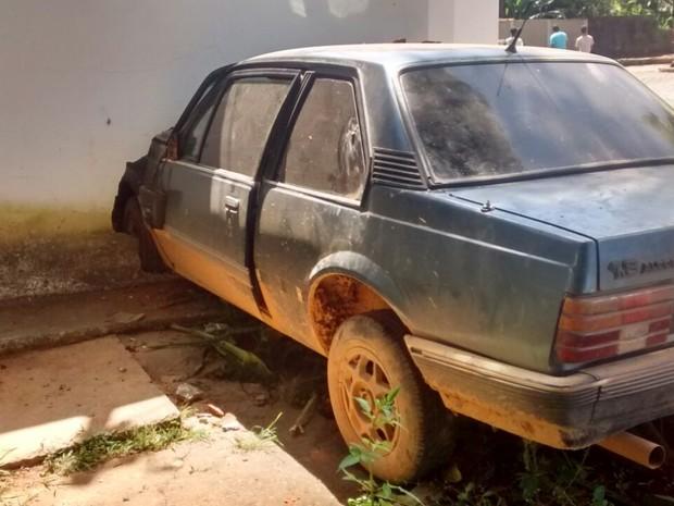 Carro invade quartel da PM em Bambuí (Foto: Bruno Henrique dos Reis Santos/Divulgação)