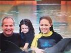 Tânia Mara e Jayme Monjardim levam a filha para mergulhar com golfinhos