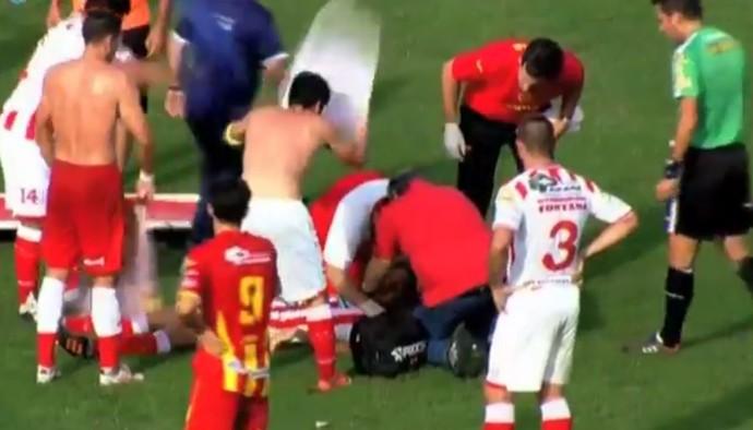 Médico tenta reanimar Cristian Gómez Atlético Paraná x Boca Unidos Campeonato Argentino (Foto: Reprodução de vídeo)