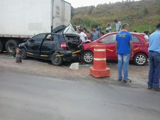 Colisão entre carro e caminhão deixa professora morta na BR-101 em Xexéu (Foto: Divulgação/Polícia Militar)
