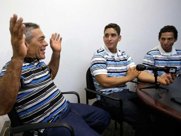 Antonio Cárdenas Viejo (à esquerda), José Ramón Fuente Lastre (centro) e Yennier Martínez Díaz estavam entre os cubanos imigrantes que chegaram aos EUA após 10 dias no mar. (Foto: Wilfredo Lee / AP Photo)