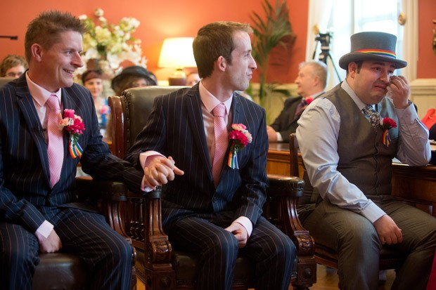 Convidado se emociona no casamento de Phil Robathan e James Preston (Foto: Leon Neal/AFP)