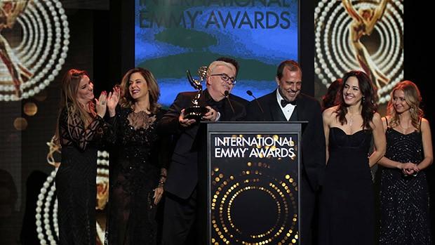 Walcyr Carrasco celebra ao lado das atrizes e equipe (Foto: Luiz C. Ribeiro/ Globo)