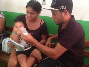 Mauriane Vilarino com o seu bebê no colo, ao lado do marido (Foto: Aline Paiva/G1)