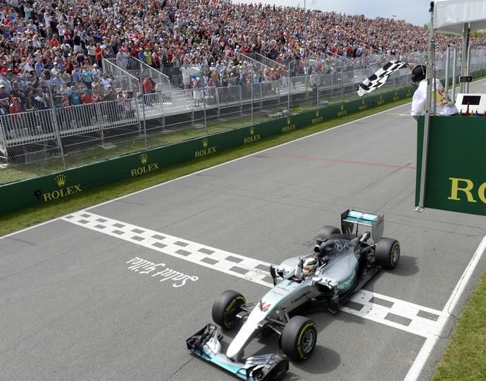 Lewis Hamilton recebe a bandeirada da vitória no GP do Canadá de Fórmula 1 2015 (Foto: AFP)