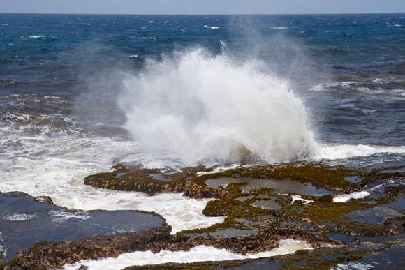 Em Little Bay, as ondas estouram com força nas pedras  (Foto: © Haroldo Castro/Época)