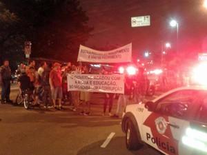 Grupo faz protesto por vias da Zona Norte na noite desta quinta (Foto: Aldieres Batista/Arquivo Pessoal)