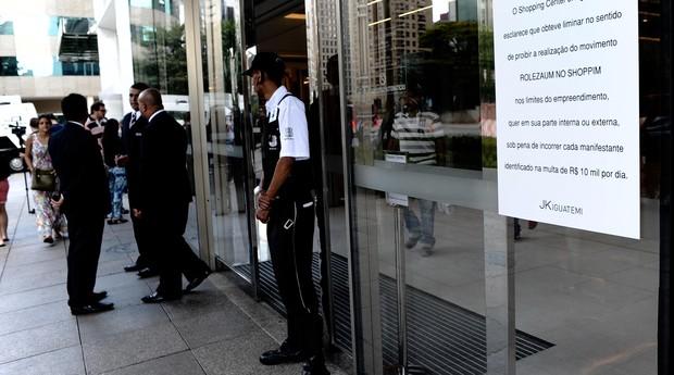 """Entrada do shopping JK, em São Paulo, traz aviso contra """"rolezinhos"""" (Foto: Agência O Globo)"""