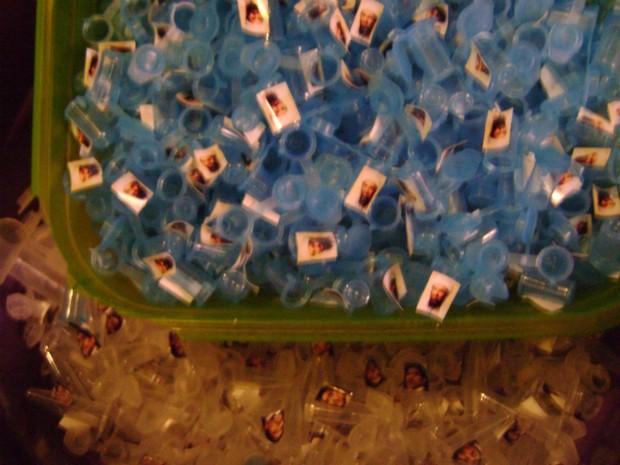 As cápsulas usadas para dividir as drogas em porções eram identificadas com o rosto de celebridades, entre elas, Maradona, Osama Bin Laden e Amy Winehouse. (Foto: Divulgação / Dise)