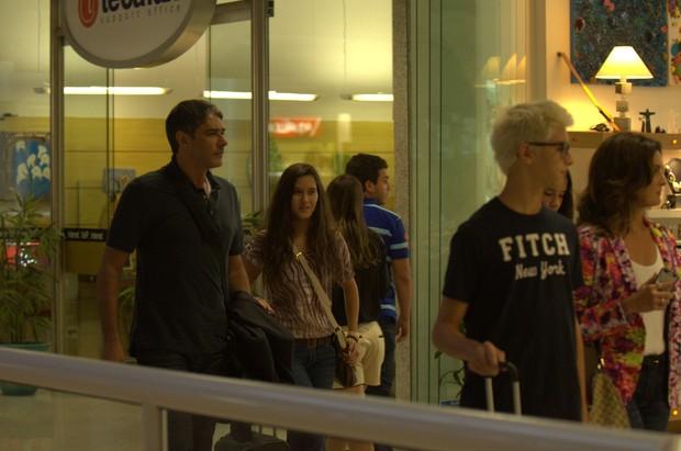 William Bonner e Fátima Bernardes com os filhos em aeroporto do Rio (Foto: Willian Oda / Foto Rio News)