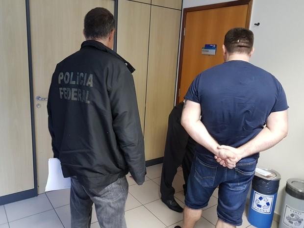 Homem foi preso na saída de um condomínio e levado para Superintendência da PF. (Foto: Divulgação / PF)