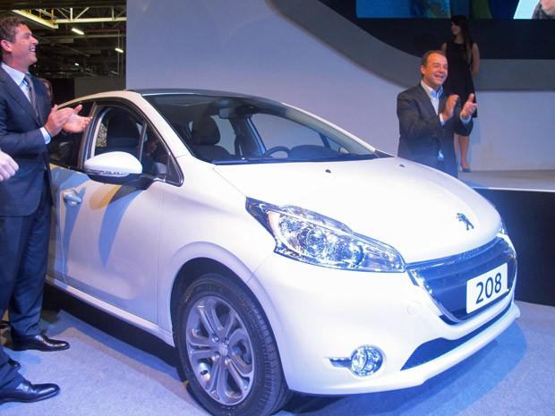 Inaguração da produção do Peugeot 208, com o governador Sérgio Cabral (dir) e o presidente da PSA no Brasil, Carlos Gomes (Foto: Lillian Quaino/G1)