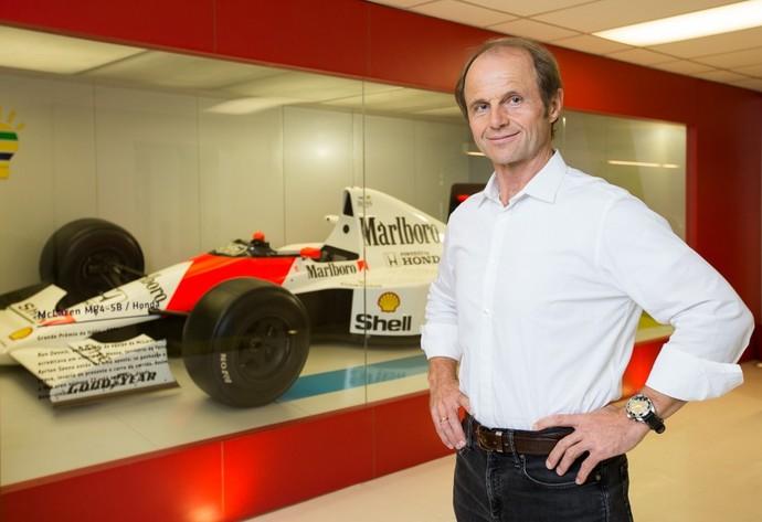Josef Leberer posa ao lado da McLaren MP4-4 de Ayrton Senna (Foto: Alexandre Schneider)