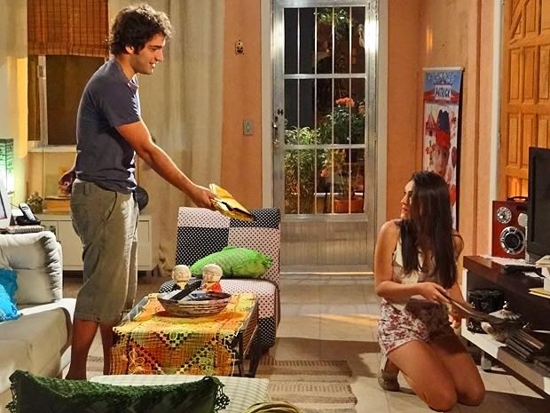 Elano presenteia Cida com o clássico 'Romeu e Julieta' (Foto: Cheias de Charme/ TV Globo)