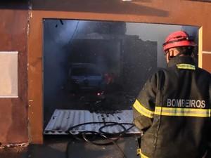 Bombeiros trabalham para apagar fogo após queda de avião (Foto: Reprodução / TV Mirante)