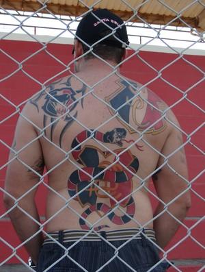 Torcedor do Santa Cruz exibe as tatuagens (Foto: Denison Roma / Globoesporte.com)