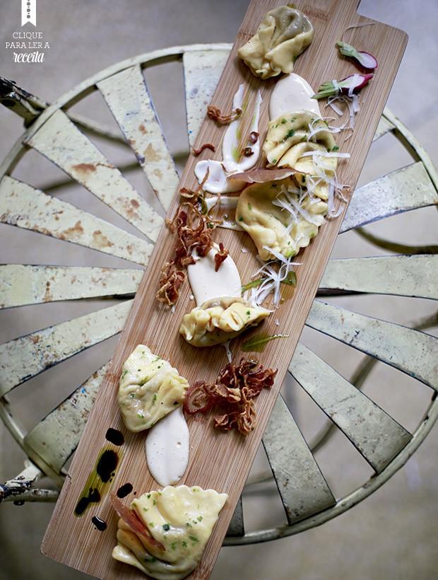 Montagem moderna do varenique de cebola caramelizada com fonduta de parmesão (Foto: Rogério Voltan/Editora Globo)