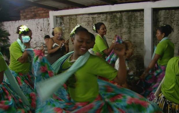 Ciclo de Marabaixo visita lares em Macapá acompanhado da imagem do santo (Foto: Amapá TV)