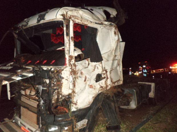 Caminhoneiro morreu após colisão  (Foto: Divulgação / Polícia Rodoviária)