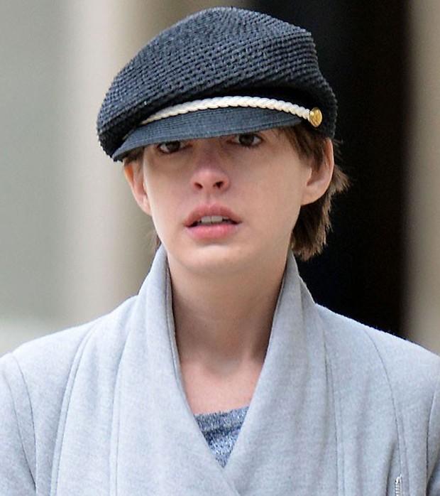 Anne Hathaway sem maquiagem (Foto: Grosby Group)