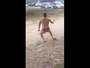 Ex-jogador dança hit do MC Pikachu na praia e viraliza em rede social; veja