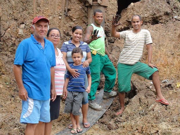 Família em terreno onde petróleo foi encontrado no subúrbio de Salvador, Bahia (Foto: Lílian Marques/ G1)