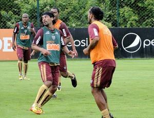 Araújo e Ronaldinho no treino do Atlético-MG (Foto: Leonardo Simonini )