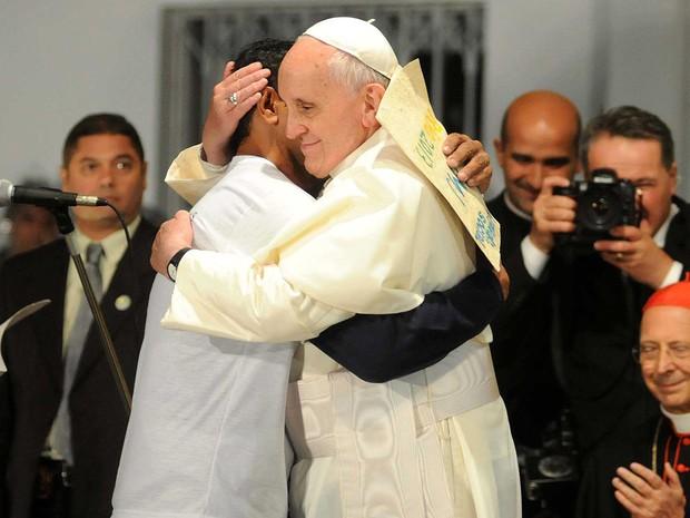 24/7 - Papa Francisco abraça ex-dependente químico durante visita ao hospital São Francisco (Foto: Alexandre Durão/G1)