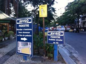 Placas orientam os pedestres na Praça Antero de Quental, no Leblon. (Foto: Mariucha Machado/G1)