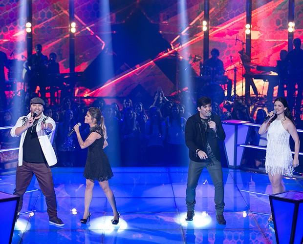 """Cantando """"Não Precisa"""", sucesso nas vozes de Victor e Leo, as duplas Flavinha e Léo e Kiko e Jeanne se enfrentam (Foto: Isabella Pinheiro/Gshow)"""