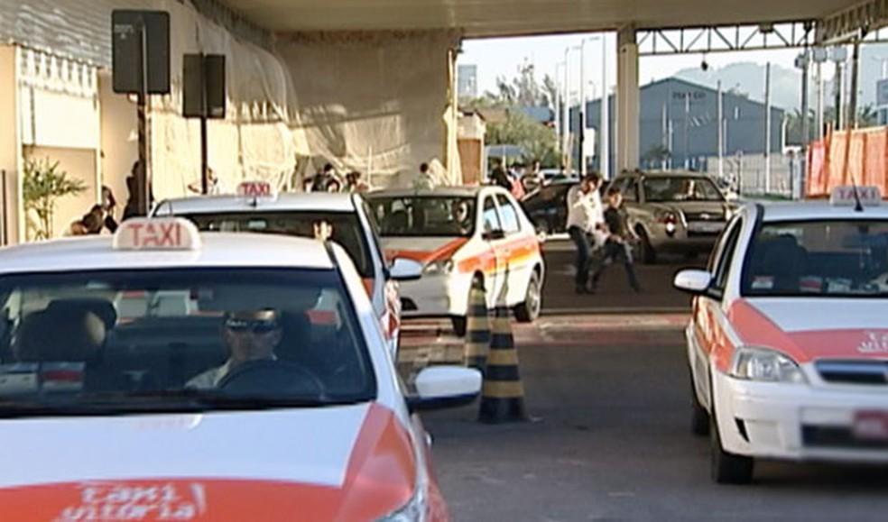 Apenas os táxis registrados podem exercer serviços no Aeroporto de Vitória. (Foto: Reprodução/TV Gazeta)