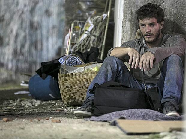 Depois de beber com mendigos, Léo cai no sono e é roubado (Foto: Inácio Moraes/ Gshow)