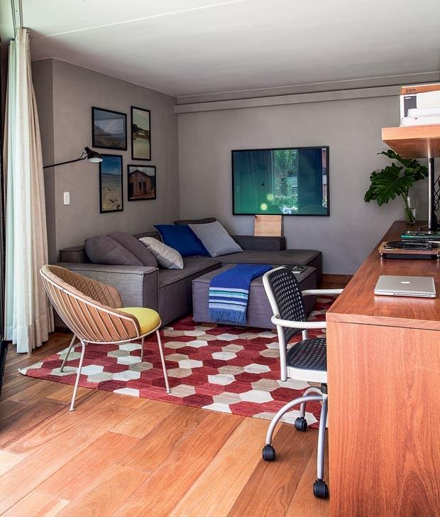 sala-de-tv-sofa-poltrona-tapete-quadro-bancada-marcenaria (Foto:   Marco Antonio/Editora Globo)