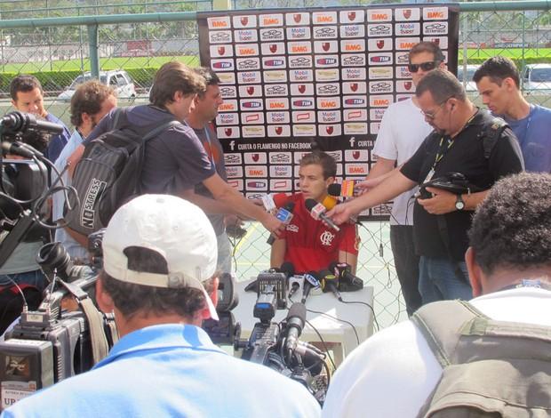 Thomas cercado por jornalistas durante entrevista coletiva no Flamengo (Foto: Janir Junior / globoesporte.com)