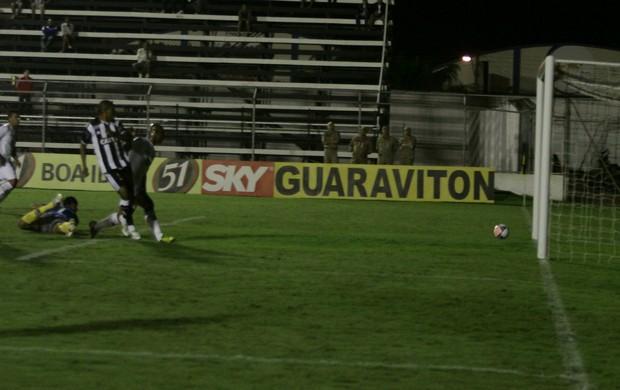 Bombinha marca o primeiro gol do ASA contra o ABC (Foto: José Feitosa, Gazeta de Alagoas)