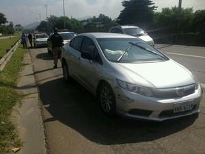 Agentes de trânsito foram verificar o carro mal parada e viram um homem baleado no veículo (Foto: Divulgação/PRF)