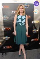 Look do dia: Emily VanCamp aposta em vestido com corte retrô