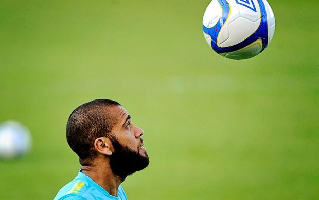Daniel Alves no treino da Seleção (Foto: AP)