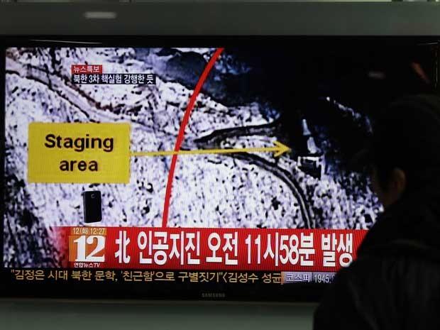 TV em estação de trem de Seul mostra telejornal noticiando possível teste nuclear na Coreia do Norte. (Foto: Lee Jin-man / AP Photo )