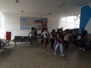 Ônibus com moradores da Providência chega ao velório de Eduardo (Foto: Janaína Carvalho/G1)