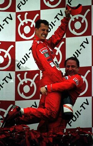 Michael Schumacher é erguido pelo empolgado chefe Jean Todt em Suzuka, há 15 anos (Foto: Getty Images)