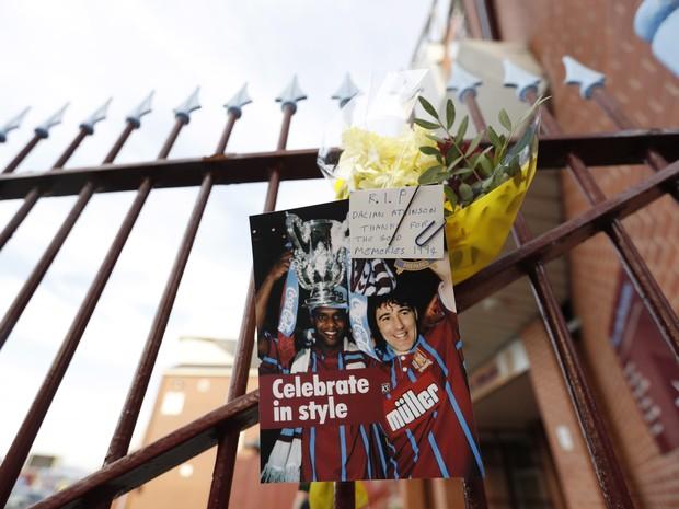 Ex-jogador britânico morto após ser atingido por arma de choque é homenageado no estádio de futebol Villa Park em Birmingham, na Inglaterra (Foto: Action Images via Reuters / Carl Recine Livepic)