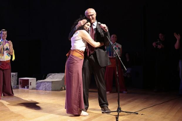 Letícia Sabatella recebe o cairnho de Eduardo Suplicy (Foto: Rafael Cusato/Brazil News)