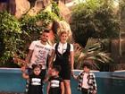 Dani Souza usa o mesmo penteado das filhas gêmeas