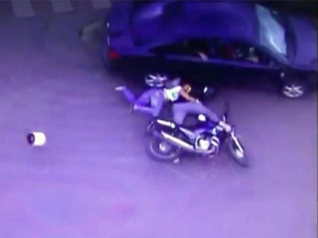Carro quase passa por cima de vítima em Alfenas (Foto: Guarda Municipal de Alfenas)