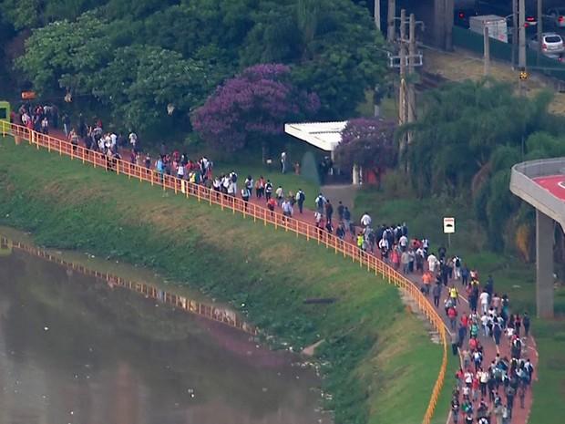 Passageiros desceram do trem e andaram pela ciclovia da Marginal Pinheiros (Foto: TV Globo/Reprodução)