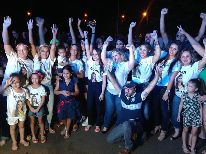Final do BBB16 em Goiânia reuniu familiares de Munik. (Foto: TV Anhanguera)